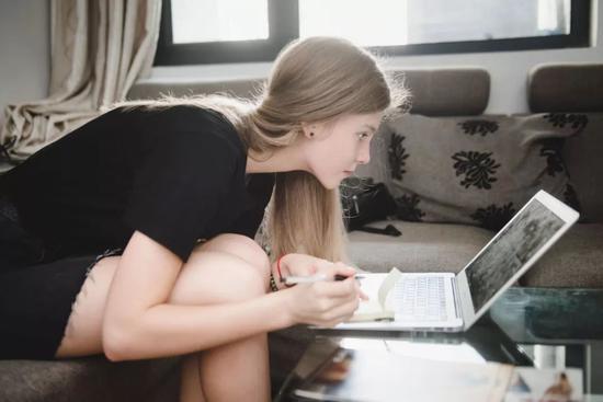 Mari在学着写中国字
