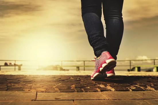 相关论文: Sophie E。 Carter et al。 Regular walking breaks prevent the decline in cerebral blood flow associated with prolonged sitting, Journal of Applied Physiology (2018)。 DOI: 10.1152/japplphysiol.00310.2018