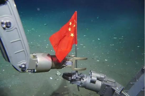 """""""深海勇士""""号(左)和""""海马""""号(右)在海底进走国旗交接 (""""海马""""号/摄)"""