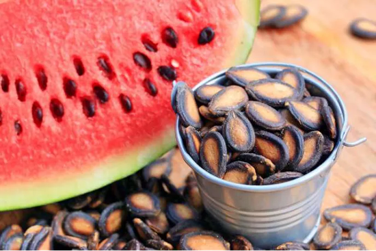 许多瓜类的种子外种皮都很坚硬,而且十分扁平 图片来源:https�?/www.femina.in/wellness/diet/benefits-of-watermelon-seeds-149318.html