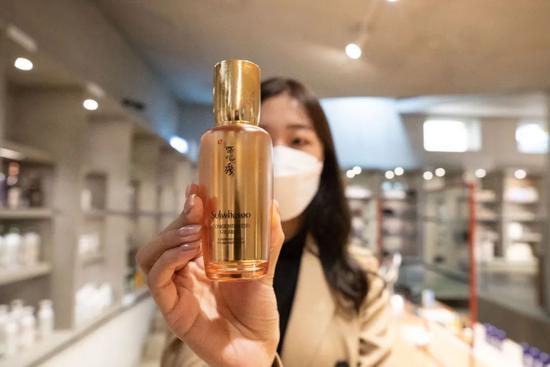 10月27日,别名做事人员在位于韩国首尔城东区的喜欢茉莉圣水美妆体验空间展现将在进博会上推出的新产品。新华社记者王婧嫱摄