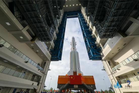 长征五号遥五火箭转运到发射塔架。(图片来源:国家航天局)