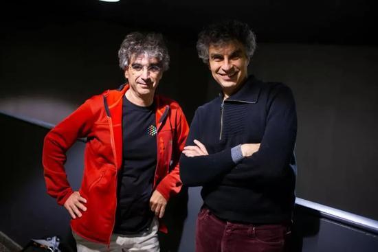 谷歌大脑联合创始人Samy Bengio(红衣)和他的哥哥,蒙特利尔大学教授、2018年图灵奖得主Yoshua Bengio。