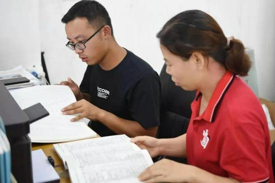 高考后,班主任指导王威(左一)填报志愿。(田家炳中学供图)