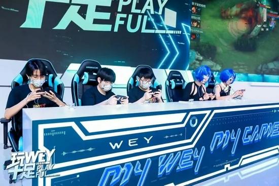 """皮克桃在WEY展台组队挑战王者荣耀""""咖""""WEY""""争夺赛 图片来源:WEY品牌发布"""