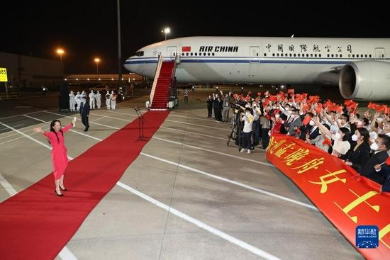 9月25日晚,在黨和人民親切關懷和堅定支持下,孟晚舟在結束被加拿大方面近3年的非法拘押后,乘坐中國政府包機抵達深圳寶安國際機場,順利回到祖國。這是孟晚舟向歡迎人群揮手致意。新華社記者 金立旺 攝