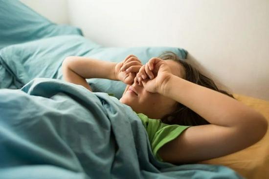 睡懒觉真的很爽,但代价是认知能力可能会受损……