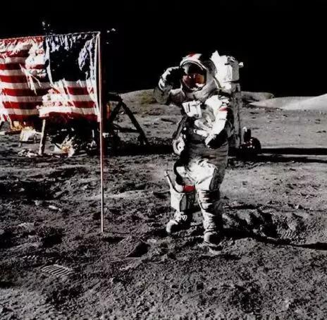 图3 阿姆斯特朗在月球外表活动,可以看到布景的天空中没有星星。(图来历NASA)