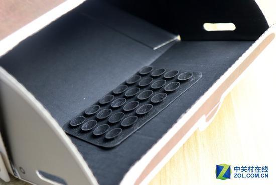 随机赠送了一块贴合片,用来连接手机与纸盒