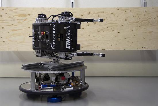 SpaceBok在一个轨道机器人身上滑动,由此来模仿小行星上的低重力情况。图片来源:欧洲航天局