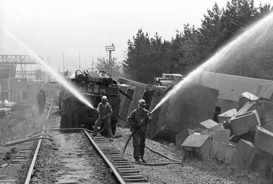 ▲ 消防员在扑灭三号机组周围的火