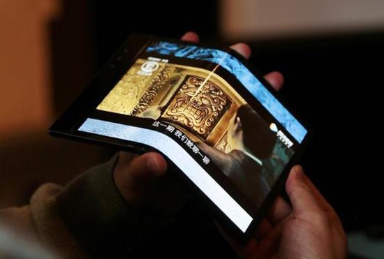屏幕折痕和平整度将会直接影响观感