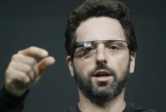 Google 联合创始人 Sergey Brin 佩戴 Google Glass/视觉中国