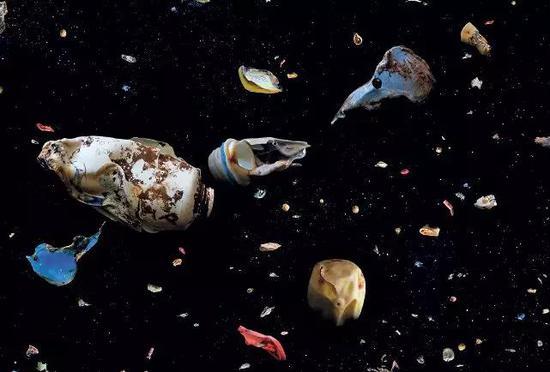 """被焚燒后殘留的塑料垃圾流入海中,把附近海水變成帶有焦糊味的""""塑料湯""""。 圖/Mandy Barker"""