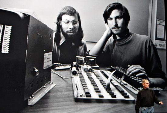 沃兹尼亚克(左)和乔布斯 图源:彭博社