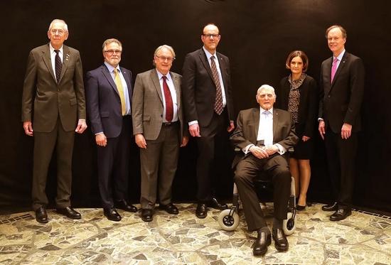 图上右三和左三分别为美国科学家约翰·古迪纳夫和斯坦利·惠廷厄姆,他们和日本科学家吉野彰一起因为在锂离子电池研发领域作出的贡献获得了2019年诺贝尔化学奖