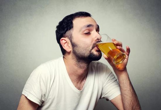 喝口啤酒压压惊。图片来源:图虫创意