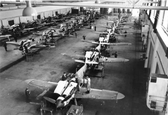 △ 1943年,位于班加罗尔的印度斯坦航空公司工厂开始为美军修飞机