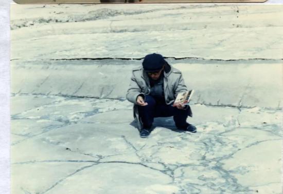 1965年高世扬在大柴旦盐湖边观察