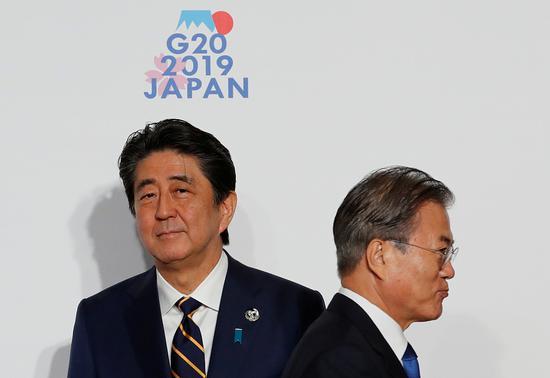 G20大阪峰會上,安倍與文在寅擦肩而過。圖/視覺中國