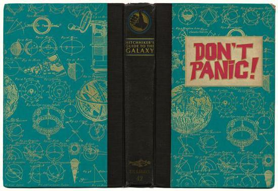 """▲在封面或封底印着""""Don't Panic""""后来成了约定俗成的设计(来源:uncubemagazine)"""