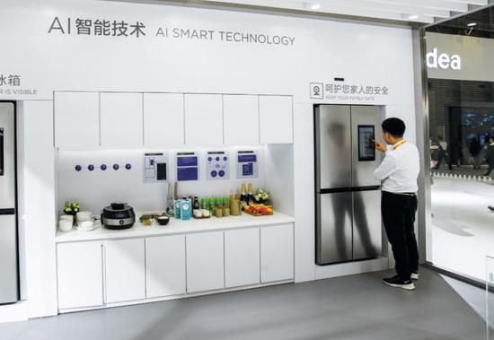 家电消费电子展上的美的AI智慧家居交互体验区。图/视觉中国