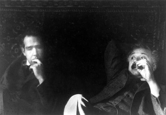 玻爾(左)和愛因斯坦(右)。圖片來源:Wikimedia Commons