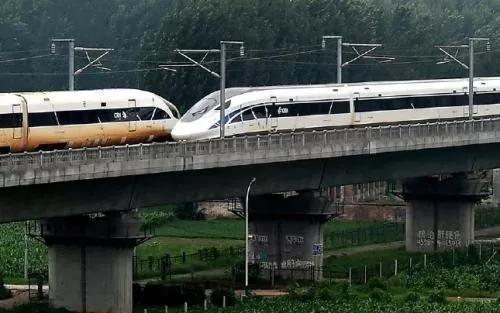 不到2秒,两辆列车擦肩而过,惊艳世界。