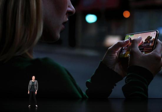 """▲苹果在新发布iOS12系统中首次加入屏幕时间功能。此功能将对用户过去 24小时或最近7天的设备使用情况进行细分,并可以设置限制使用时间,从而有效防止""""低头族""""们长时间沉迷手机"""