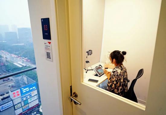 在武汉光谷某商圈写字楼內,培训中央先生在房间内进走线上教学。图片来源:视觉中国