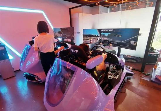 """△""""派学车""""灵石路的一处VR室内教学点内,学员正在模拟器上学车。"""