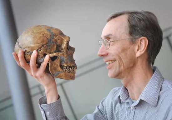 尼安德特人头骨和斯万特・帕博教授(图源:华盛顿邮报)