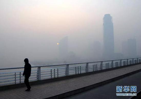 雾霾笼罩兰州(图片来源:新华网)