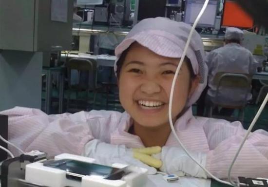 2008年末,一名富士康女孩在自己检测的iPhone中留下自拍,火遍全球