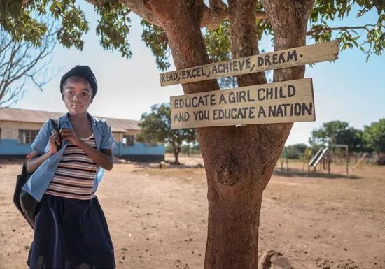 赞比亚索卢韦齐(Solwezi District) 的一名小学生