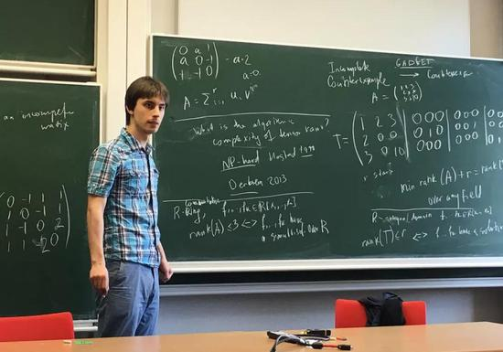 Yaroslav Shitov 找到了一个反例,推翻了 Hedetniemi 在 53 年前提出的猜想。图片来源:Özde Bayer, Max Planck Institute for Mathematics in the Sciences