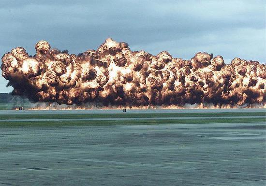 2003年某次飞机展览中的新式凝结汽油弹爆炸模拟画面。图片来源:wikipedia