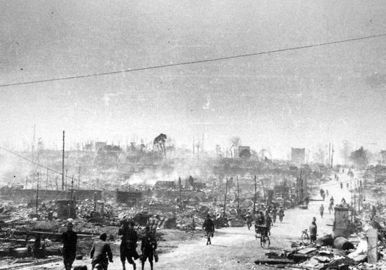 1945年3月10日遭受轰炸后的东京 图片来源:wikipedia