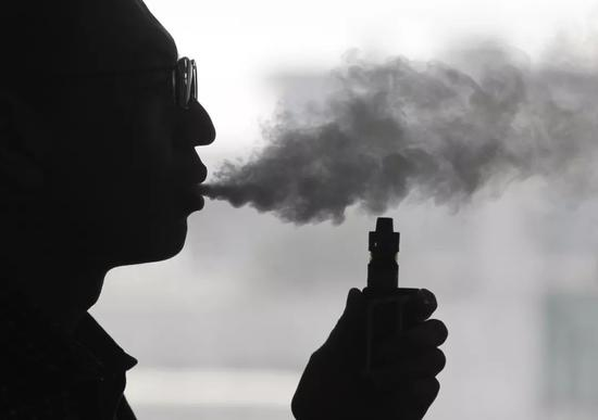 许多人并非不知道电子烟的弊端,但还是照抽不误。/图虫创意
