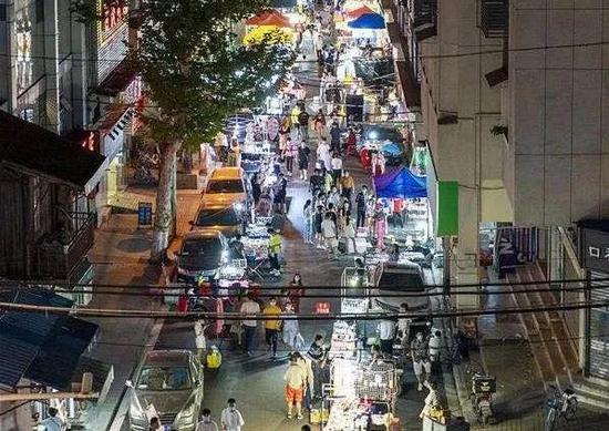 一夜爆红的地摊经济是如何拯救贫民的?