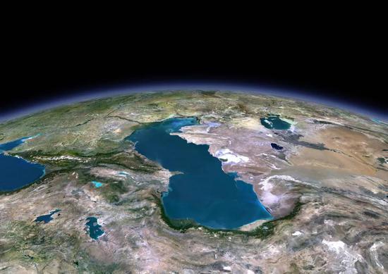 暗海和里海| 副特挑斯海从塔里木盆地向西撤退的过程中,凹地里的海水保留下来。后来,周遭河流不息注入,这些凹地演化成暗海(左侧)和里海(中部)。相通的过程曾经也在塔里木盆地发生过。图源@VCG