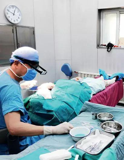 蒋文杰在给患者种植毛囊。摄影/本刊记者 杜玮