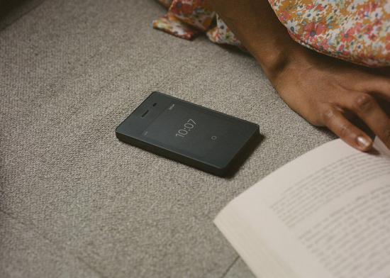 ▲Light Phone 2 最大的改变就是新增了一块电子墨水屏。
