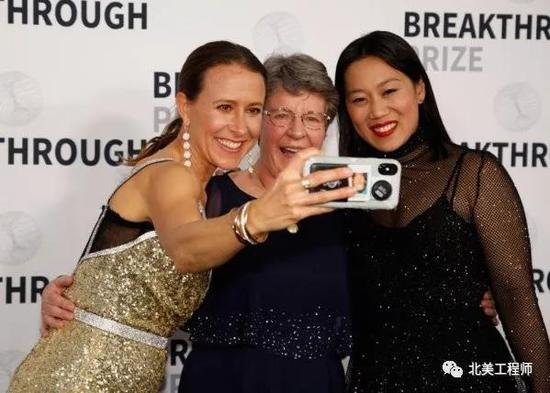 Anne Wojcicki在颁奖典礼上与获奖科学家合影 右一为同为奖项捐赠者的Priscilla Chan