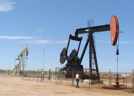 """常规游梁式抽油机,业内称""""磕头机/马头机""""来源:https://www.celebritynetworth.com/articles/how-much-does/1-trillion-dollars-oil-discovered-west-texas/"""