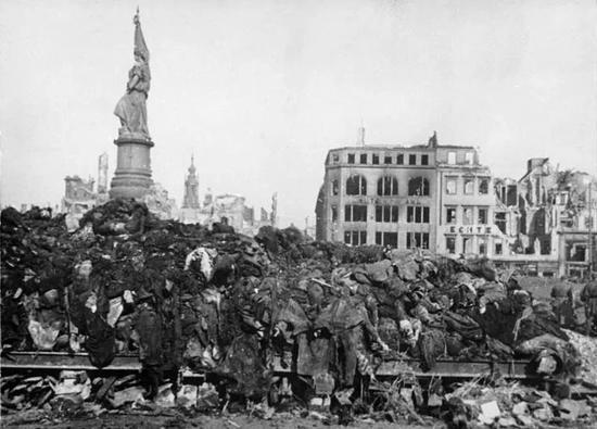 1945年遭受轰炸的德国城市德累斯顿 图片来源:wikimedia