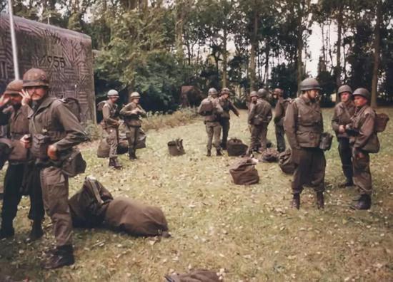 △ 1986年,士兵在地堡外执行任务