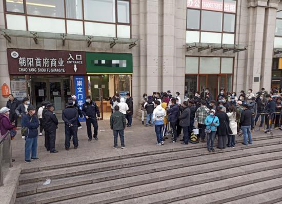 11月16日,北京蛋壳总部外的业主和租客们排首了长队 每经记者 王佳飞 摄