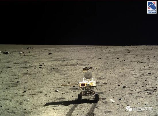 """在月面走驶的""""玉兔号""""月球车,""""嫦娥3号""""着陆器拍摄。""""嫦娥4号""""携带的巡视器,也就是""""玉兔二号"""",和她的姐姐""""玉兔号""""是基原形通的 来源:中科院国家天文台"""