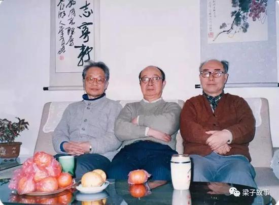 于敏先生(右)与黄祖洽(中)、何祚庥先生(左)在一起(1993年)